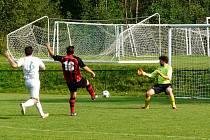 Derby nakonec vyznělo lépe pro hráče Smilovic (světlé dresy).