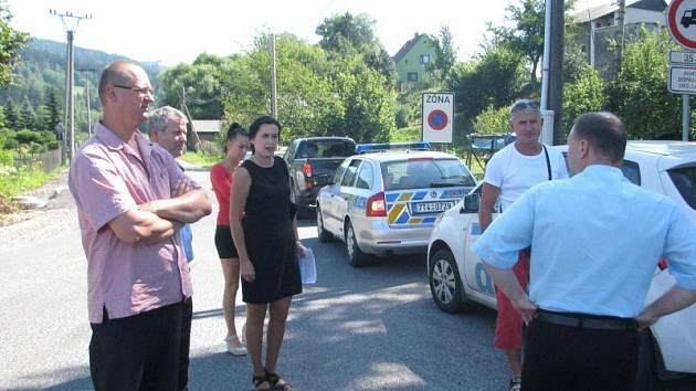Na dvou místech v Bukovci by měly být instalována bezpečnostní kamery. Vytipované lokality si prohlédli starostové Bukovce a Hrčavy, policisté i náměstek moravskoslezského hejtmana.