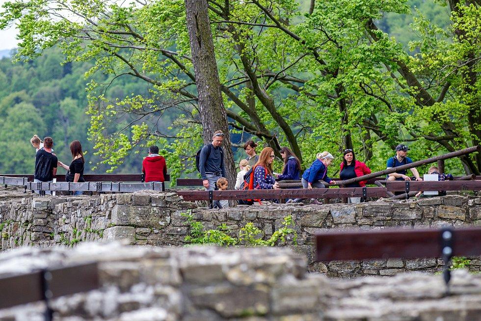 Pěkné počasí přilákalo do obory a na hrad Hukvaldy mnoho návštěvníků. Samotný hrad a jeho okolí využili i filmaři, kteří zde natáčeli historický film, 15. května 2021 Hukvaldy.
