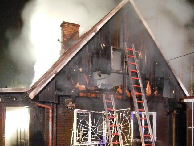 Čtyři hasičské jednotky zasahovaly v úterý 18. prosince ráno na okraji Třince u požáru restaurace Kanada.