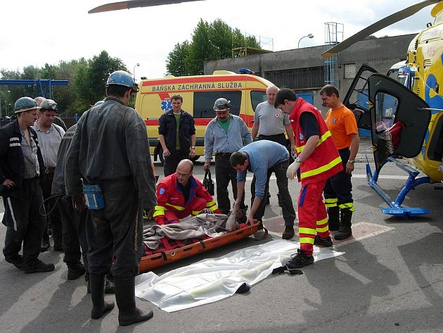 Zásah báňských záchranářů a letecké záchranné služby u zraněného horníka. Archivní snímek .