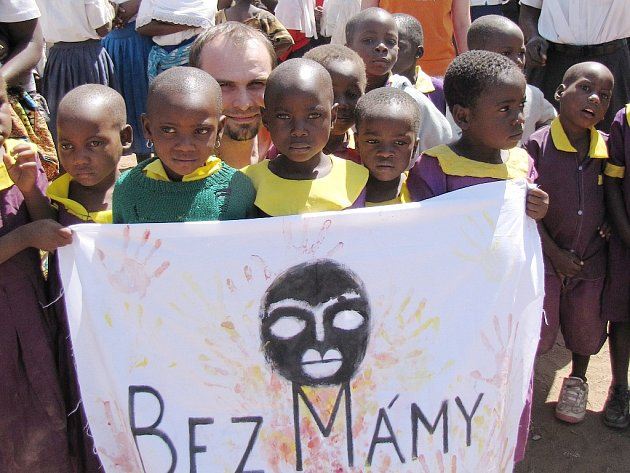 U mateřské školy ve vesnici Mahango je zachycený Tomáš Gongol mezi sirotky, pro které staví sirotčinec. Foto: