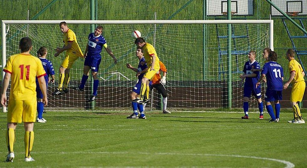 Fotbalisté Brušperku (modré dresy) v dohrávaném utkání I. A třídy remizovali na svém trávníku s Heřmanicemi 2:2.