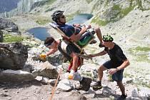 Zdeněk Pácha letos v srpnu jako člen elitního týmu českých šerpů, který si říká Šikulové, vynesl tři tělesně postižené lidi na vrchol Rysů ve Vysokých Tatrách.