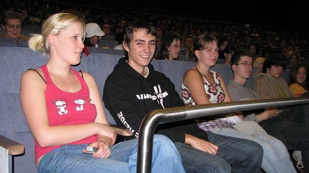 Diváci v kině Kosmos.
