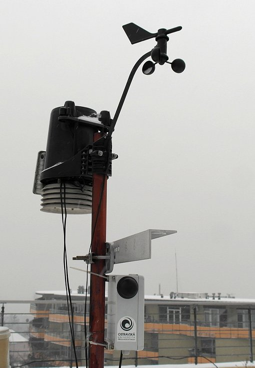 Stanice pro sběr údajů o počasí na střeše budovy Ostravské univerzity na kopci Hladnov nad centrem.