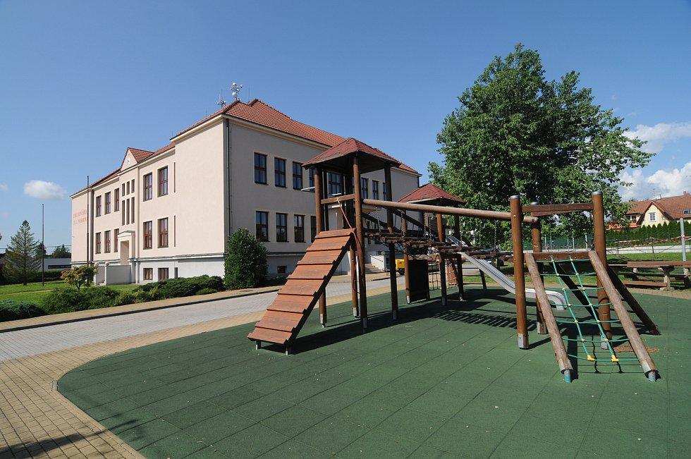 Dětské hřiště a základní škola v Krmelíně.