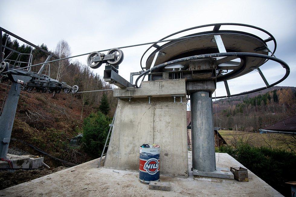 Nově vybudovaná sedačková lanová dráha ve ski areálu Armáda, 19. listopadu 2019 v Dolní Lomné