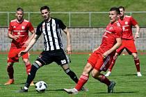 Třinečtí fotbalisté (v červeném) se doma loučili těsnou porážkou s Budějovicemi.