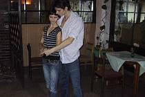 Lenka a Antonín nacvičují novou figuru.