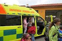 Záchranáři z Frýdku-Místku předvedli dva sanitní vozy a jeden vůz randez-vous dětem, které moderní technika zaujala.