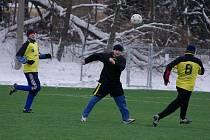NEBORY zdolaly na třineckém turnaji fotbalisty Milíkova 4:1. Na snímku hlavičkuje Vlastimil Benek (v tmavém) z Milíkova. Vlevo přihlíží Martin Osmanczyk z Nebor.