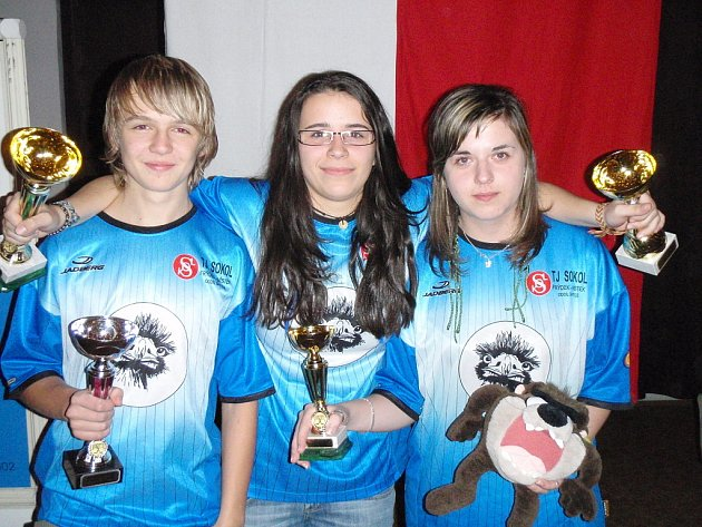 Zleva stojí stříbrný junior Radek Ševčík, zlatá Alena Bohdalková (uprostřed) a bronzová Veronika Grabinská.