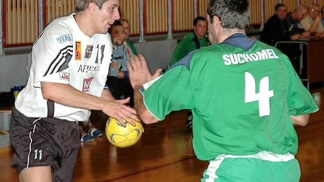 FRÝDEK TĚSNĚ VYHRÁL. Frýdecko–místecký Radek Sliwka (vlevo) patřil v zápase proti Hustopečím k nejlepším střelcům  domácích. Brankáře hostí překonal v šesti případech.