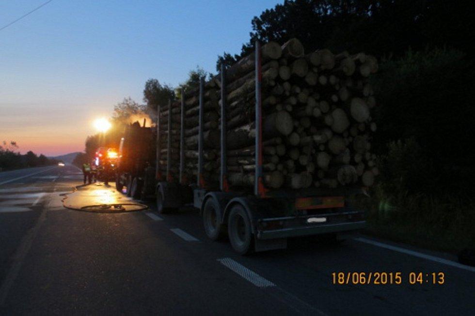 Požár zachvátil nákladní automobil s dřevem.