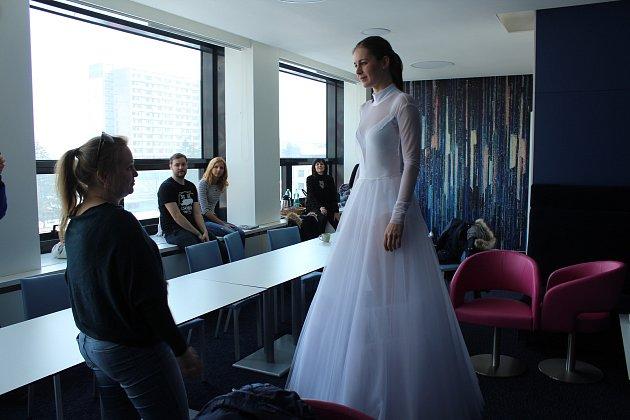 Ivana Buzková z Třince, která se představí v roli Sněhurky, zkouší kostým.