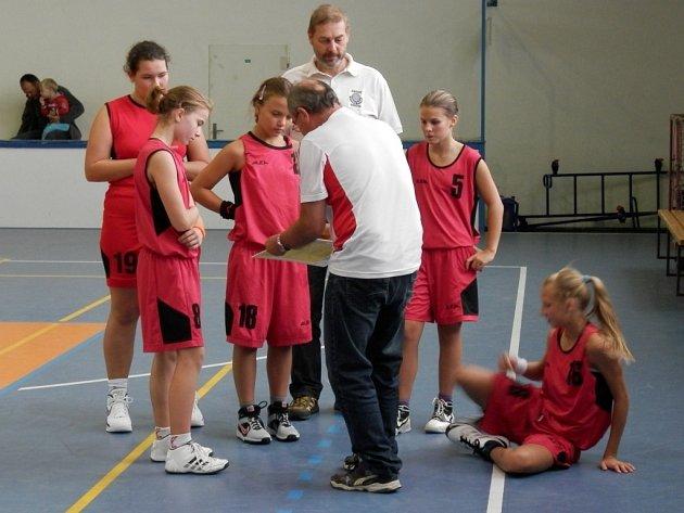 Trenéři udílí frýdecko-místeckým minižákyním pokyny v jedné z přestávek.
