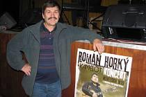 """Josef Pinkas alias """"horník"""" před frýdlantským podiem, kde v sobotu vystoupil na Beskydském folkování."""