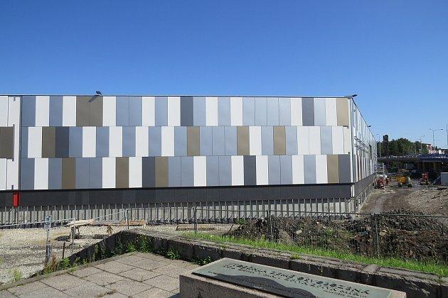 Srpen 2014.Vsrpnu dostala značná část obchodního centra finální fasádu, který zakryla barevné panely.