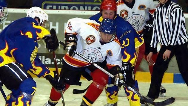 Snímek z utkání hokejistů Frýdku-Místku s Krnovem. V bílém dresu domácí Vladan Bojda, v pozadí Martin Wlaka.