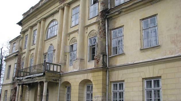 Zchátralý zámek v Hnojníku.