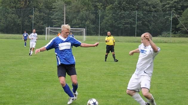 Duel mezi Raškovicemi (bílé dresy) a Petřvaldem skončil nakonec smírem.