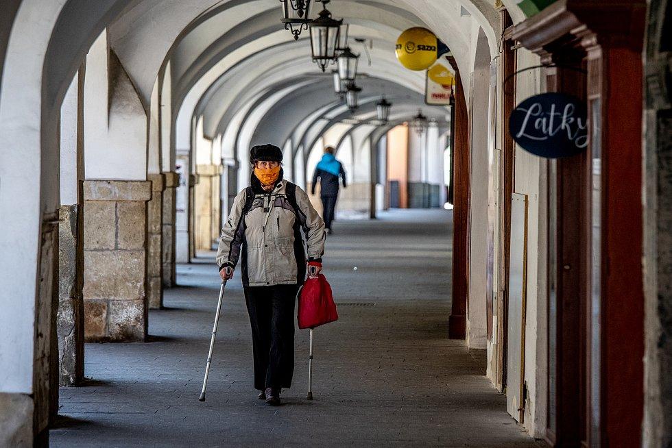 Frýdek-Místek v celostátní karanténě (místeckém náměstí Svobody), 24. března 2020. Vláda ČR vyhlásila dne 15.3.2020 celostátní karanténu kvůli zamezení šíření novému koronavirové onemocnění (COVID-19).