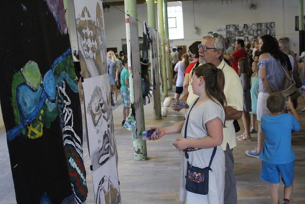 Letošní Sweetsen Fest začal vernisáží výstavy prací žáků základní umělecké školy ve Frýdku-Místku a speciálním koncertem Symfonického orchestru Frýdek-Místek.