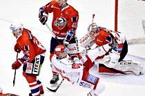 Třinečtí hokejisté (v bílém) si poradili s Pardubicemi.