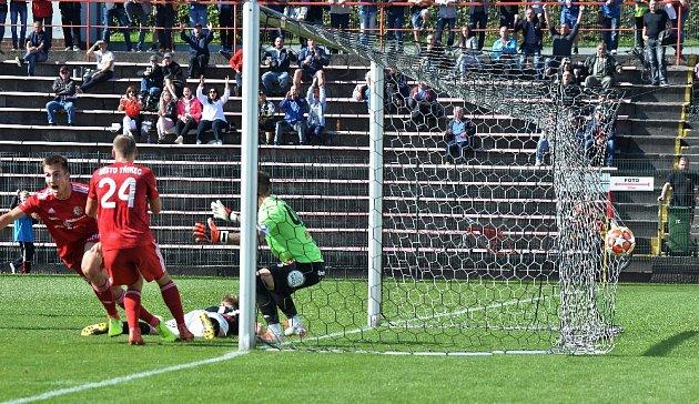 Druholigoví fotbalisté Třince (včerveném) porazili doma pražský Žižkov 4:2.