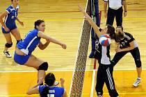 Volejbalistky Frýdku-Místku (modré dresy) se po domácím vítězství nad Přerovem dostaly již na třetí místo průběžné tabulky.