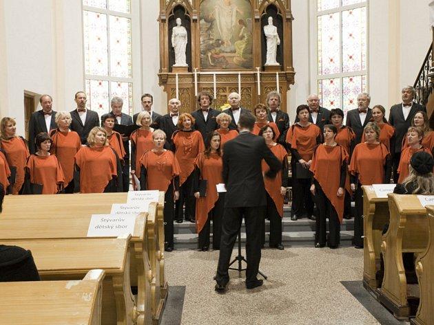 Pěvecké sdružení Martinů během vystoupení. PSM patří už desítky let k pilířům třinecké kultury, nyní získalo i Cenu města Třince, mimo jiné za reprezentaci města v oblasti sborového zpěvu.