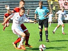 Třinecký záložník Michal Stříž (v bílém) si kryje míč před dotírajícím Plškem z Olomouce.