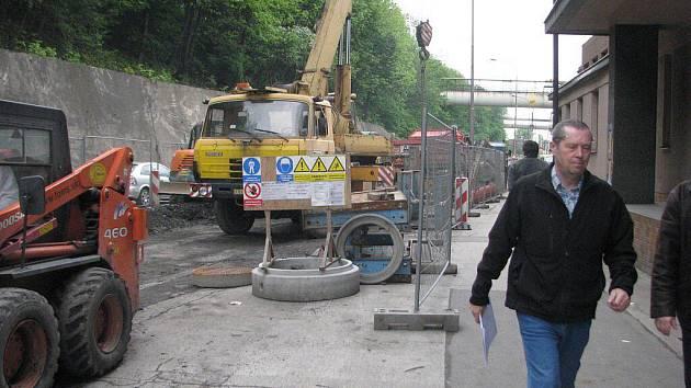 Stavba kanalizace na Nádražní ulici (na archivním snímku) přinesla nečekané komplikace.