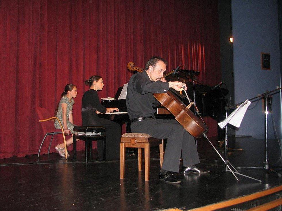 Osmnáctý ročník mezinárodního hudebního festivalu Janáčkovy Hukvaldy nabídl v úterý 5. července další koncertní vystoupení. Na violoncello hrál Roberto Ranieri a na klavír Stefanie Rota – oba z Itálie.