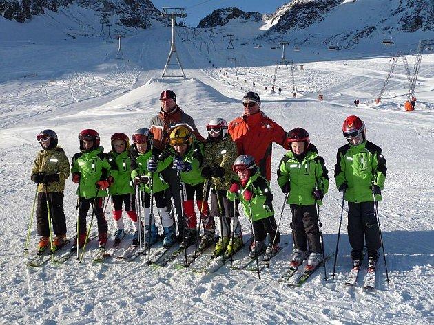 Nejmladší lyžaři s trenéry.