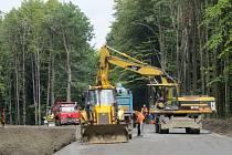 Tímto místem ve Frýdeckém lese budou už brzy moci prozatím jezdit jen autobusy. Řidiči osobních automobilů si musí ještě počkat.