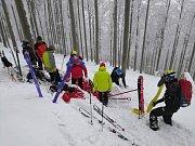 Záchrana zraněného lyžaře v Beskydech.