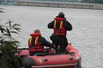 Policisté prohledávají břehy a hladinu Žermanické přehrady.