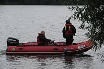 Policisté v pondělí pokračovali v pátrání po mladíkovi, který zmizel v neděli odpoledne na Žermanické přehradě.