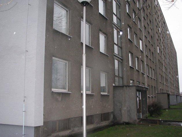 V tomto paneláku na Erbenově ulici patří Třinci dva vchody. Ilustrační snímek.