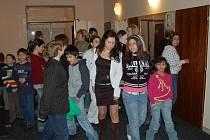 Děti z dětských domovů procházejí Kulturním domem v Lískovci, kde pro ně bylo přichystáno odpoledne s dárky.