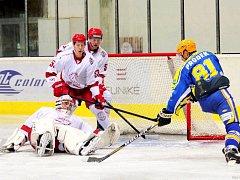 Hokejisté Frýdku-Místku (v bílém) jsou po první čtvrtině základní části na prvním místě.