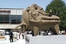 """Místeckém náměstí Evropy definitivně přišlo o svého """"jmenotvůrce"""" – sochu v podobě býka. Odvezl si ji do Německa její autor."""