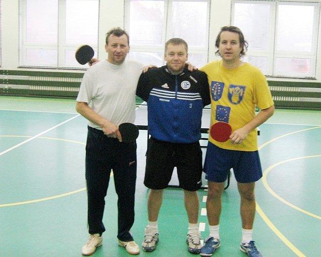 Vánoční turnaj stolních tenistů, který uspořádala TJ Sviadnov, vyhrál Roman Vojvodík (uprostřed). Druhý skončil Lubomír Kvarda (vlevo) a třetí pak Kamil Raška (vpravo).