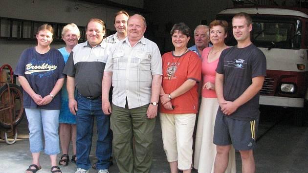 Lískovečtí dobrovolní hasiči letos oslavili už 112. výročí od založení sboru. Starostou sboru je Vladimír Onderek (uprostřed) a Mladé hasiče vede Šárka Čerňáková (druhá zprava).