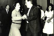Jiřinkový bál na archivní fotografii ze září 1984 - Dana Zátopková tančí s dirigentem LSPS Adolfem Kolčářem.