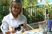 Fotografka Jana Havláková s fotoaparátem.