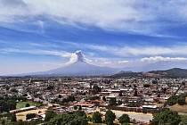 Pohled na město Cholula a sopku Popocatepetl
