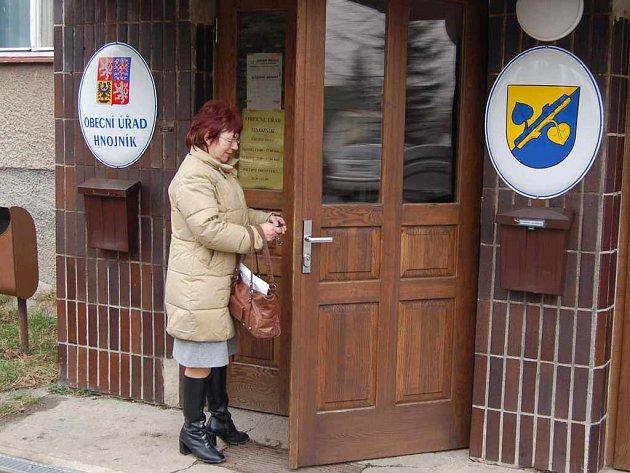Žena vchází na radnici v Hnojníku.